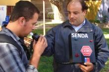coordinador del SENDA mostrando el novedoso alcotest educativo a la comunidad