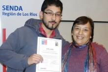 Estudiante de la UACH recibe su diploma
