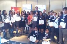 Autoridades regionales entregando los premios al primer y segundo lugar del torneo regional de debates