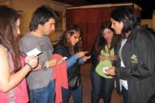 Coordinadora comunal del SENDA Previene, Marjorie Ancalipe dialogando con los jóvenes veraneantes que llegan a Caldera