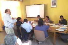 coordinador regional del SENDA exponiendo ante el concejo municipal de Alto del Carmen