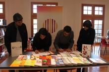 Firma del acta de entrega de los 30 libros especializados en la temática de alcohol y drogas