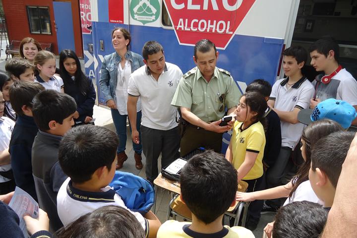 Niños aprenden que consumir alcohol no es un juego