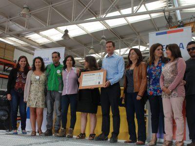 Directora entrega certificación por programa TCV a empresa DOKA