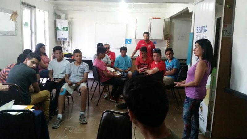 Promesas futbolísticas de Valdivia participan en talleres preventivos de SENDA