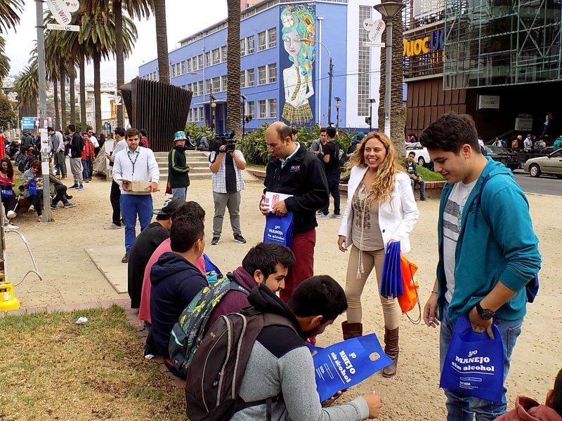 Senda e Injuv promocionan Mechoneo Responsable en Valparaíso