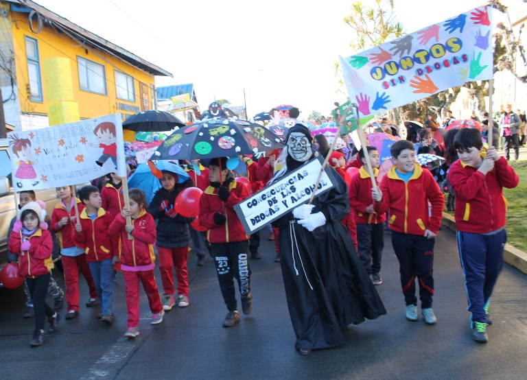 Más de 400 personas marcharon por la prevención en Festival de Paraguas de Maullín