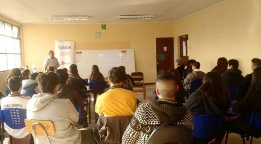 Profesores y estudiantes se reúnen con el SENDA Previene La Cisterna