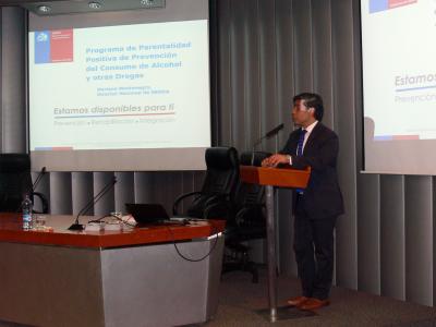 Director de SENDA encabezó taller de parentalidad positiva ante monitores de fútbol de Copa Chilectra