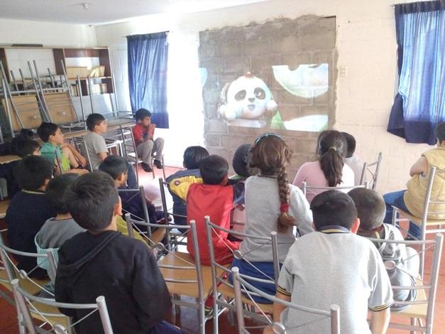 Niños de Punta Mira disfrutan de tardes de cine