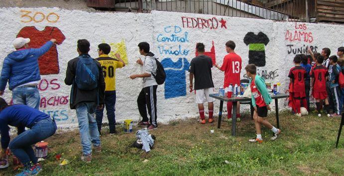 Jóvenes de Huechuraba pintan murales preventivos junto al SENDA Previene