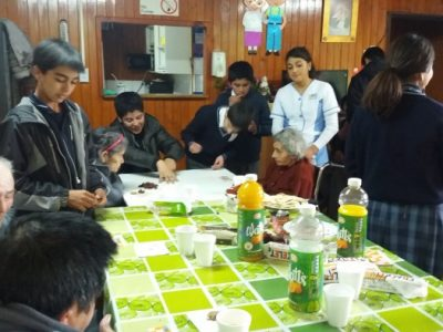 Estudiantes de Liceo Altamira compartieron con residentes de hogar de ancianos de Panguipulli