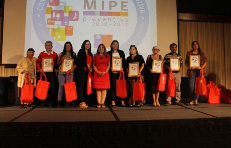 Directora regional certifica a MIPES, empresas e instituciones públicas