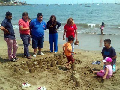 Con castillos de arena y juegos en la playa lanzan campaña de verano de SENDA en Papudo