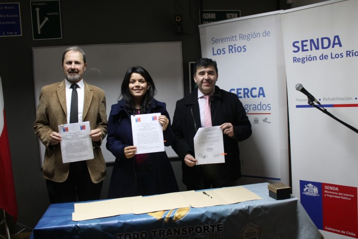 Firman acuerdo para capacitar a instructores de escuela de conductores en temas preventivos