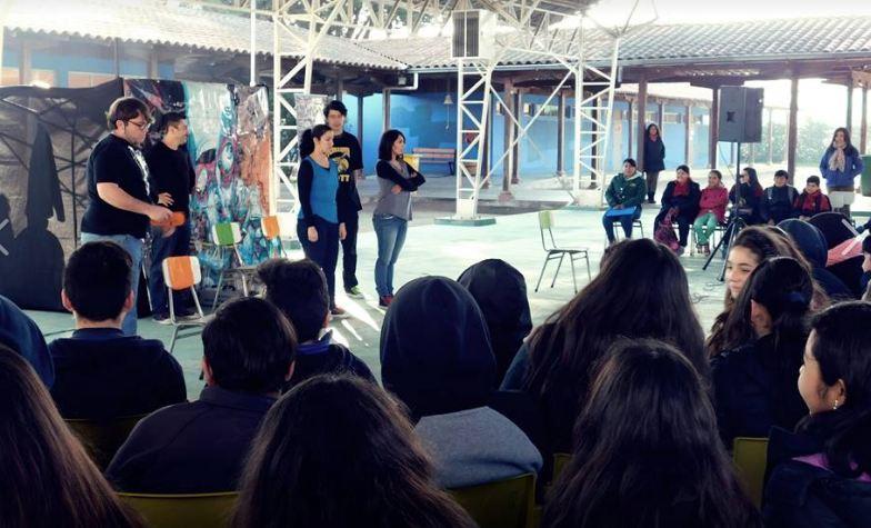 Estudiantes de Isla de Maipo asisten a obra de teatro con temática preventiva