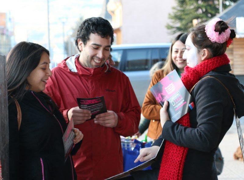 Senda Difunde Campaña «Escuchar es Parte de la Solución» a Traunseúntes de Coyhaique