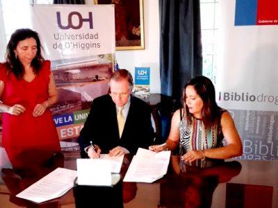 Senda y Universidad O'Higgins firman convenio para instalar Bibliodrogas en la casa de estudios.