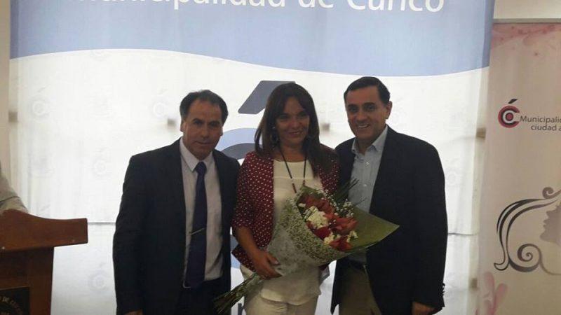 Directora regional fue reconocida como mujer que ha aportado para el desarrollo de la comuna de Curicó