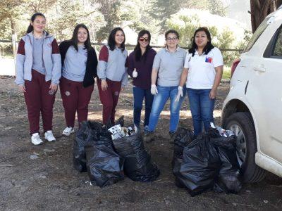 Alumnos del programa Actuar a Tiempo del SENDA Previene Constitución participaron en jornada de limpieza y reciclaje