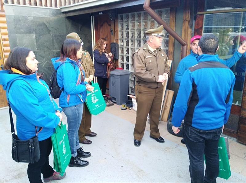 SENDA Previene Natales y Carabineros visitaron familias de la comuna entregando información preventiva de drogas