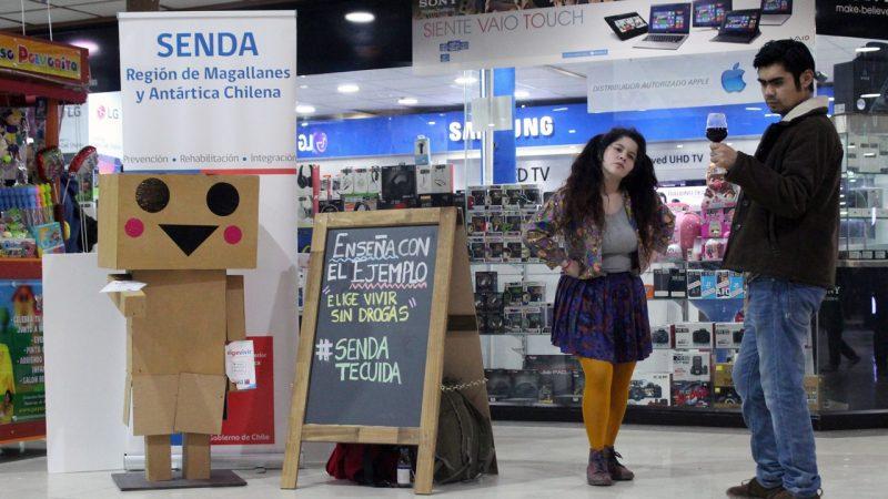 «Estatuas Humanas» han irrumpido con mensajes de prevención del consumo de drogas en diferentes espacios de Punta Arenas