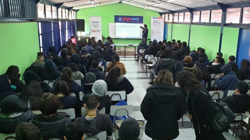 Jóvenes apoyados por Senda para superar adicción a las drogas contaron su experiencia a estudiantes y profesores de Liceo Polivalente de Teno