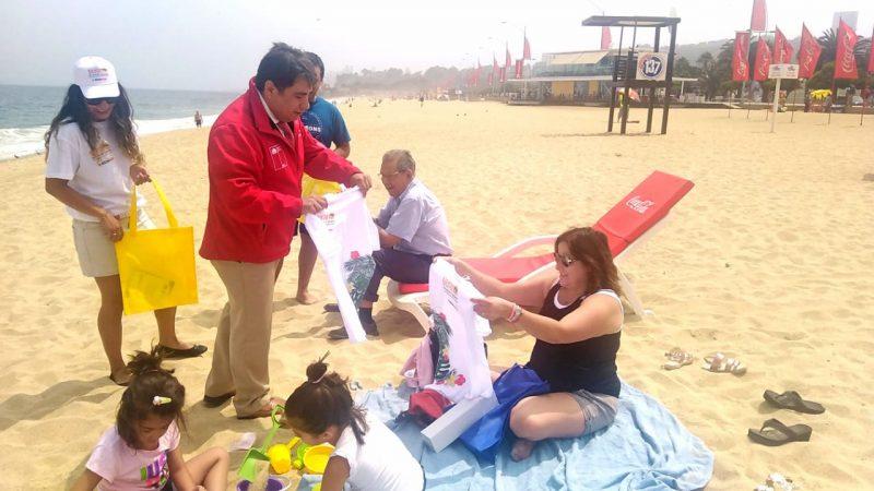 Con entrega de mensajes de prevención a los veraneantes se difunde Campaña de Verano del SENDA  en playas de la región de Valparaíso